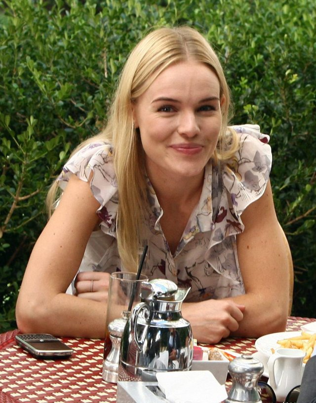21336_celebutopia-kate_bosworth_has_lunch_at_chateau_marmont_in_hollywood-14_123_655lo