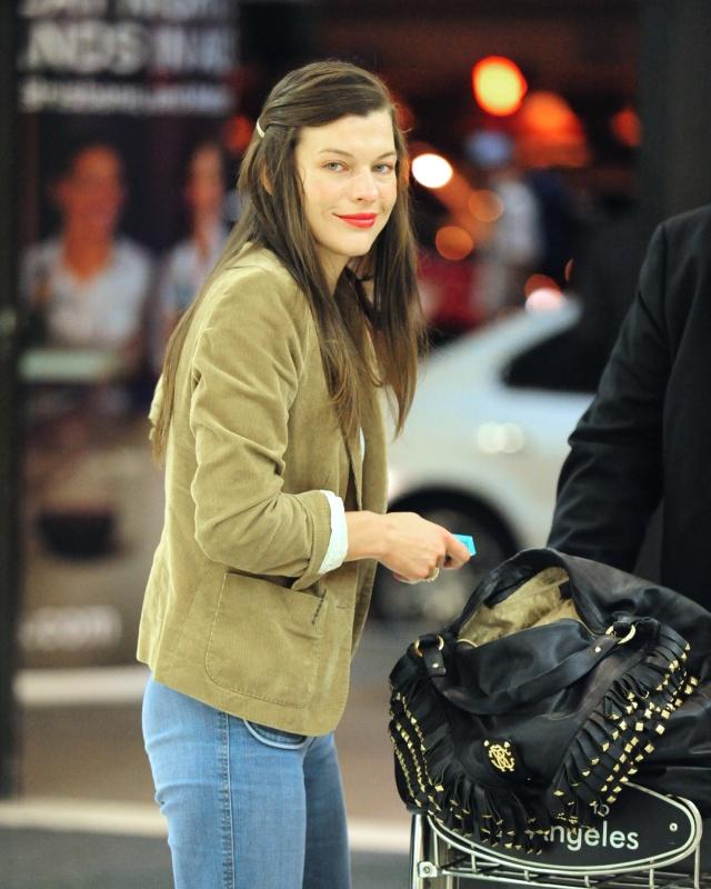 30702_Preppie_-_Milla_Jovovich_arrives_into_LAX_Airport_-_August_3_2009_812_122_491lo